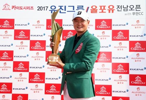 41세 김성용, 프로 데뷔 15년 만에 첫 우승 '감격'(종합)