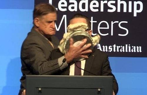 호주 콴타스항공 CEO에 '파이 세례' 남성 평생 탑승금지