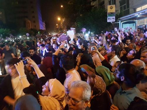 [르포] 로하니 당선된 날 밤 테헤란 '길거리 나이트클럽' 개장