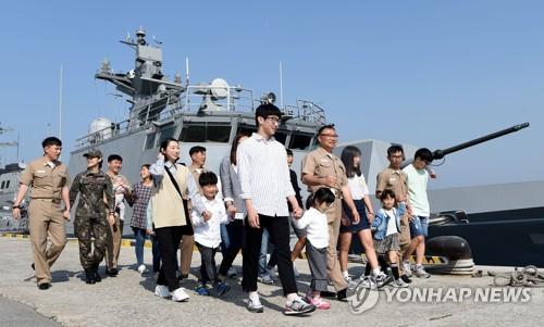해군 이병철함에 다둥이 부사관 3명…가족 분위기 앞장