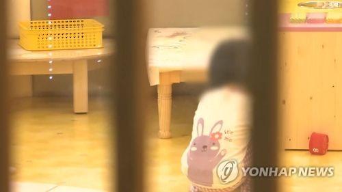 """""""왜 낮잠 안 자""""…세살배기 팔 깨문 보육교사 벌금형"""