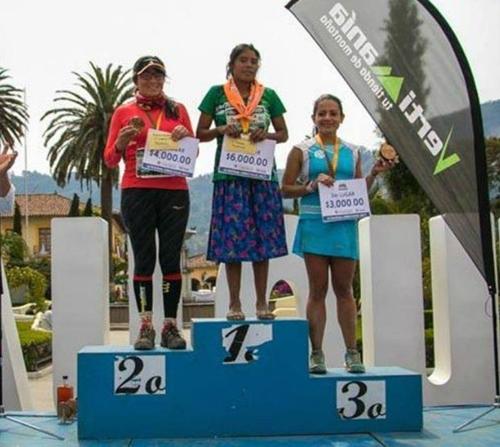 '샌들 신고 치마 입고'…50㎞ 산악마라톤 우승 멕시코 22세 여성