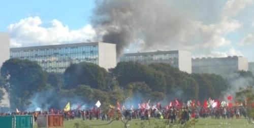 브라질 '반 테메르' 시위로 연방정부 청사 불에 타