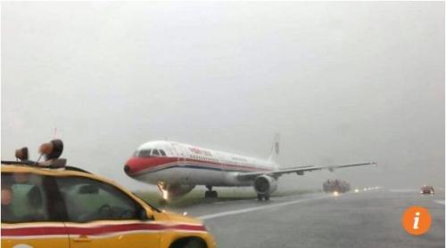여객기 활주로이탈·브레이크 고장사고…홍콩공항, 폭우로 몸살