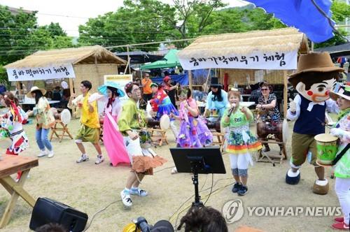 충북 초여름 날씨 속 축제장·유원지 '북적'