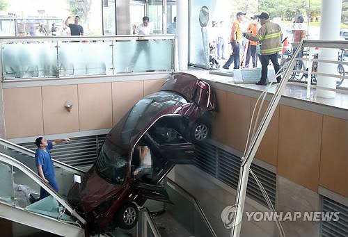 일산백병원서 차량 돌진해 지하로 곤두박질…8명 부상(종합3보)