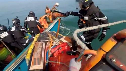 해경, 소청도 인근 불법조업 중국어선 2척 나포