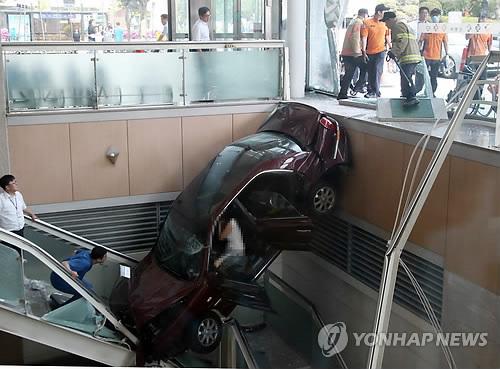 일산백병원 승용차 추락사고…다리에 깁스한 채 운전