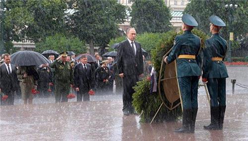 푸틴, 러시아 '현충일'에 폭우 속 헌화 모습 화제