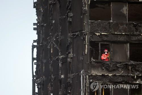 """英, 제2의 화재참사 우려에 """"아파트 주민 수천명 소개 예정"""""""