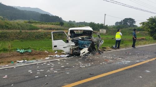 고창서 승용차-트럭 충돌…2명 사망·1명 부상