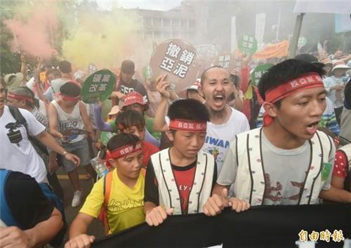 대만 다큐감독 유언이 불댕긴 '환경훼손' 시멘트광산 반대시위
