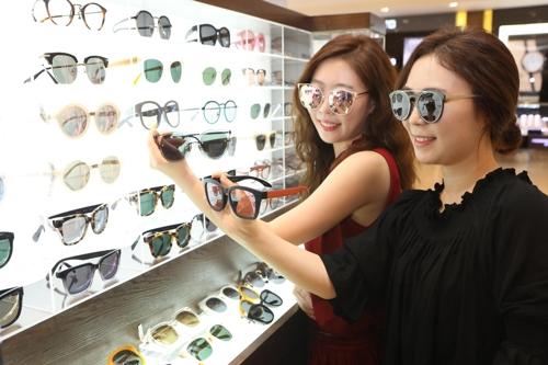 롯데백화점, 연예기획사 SM과 합작한 선글라스 브랜드 출시