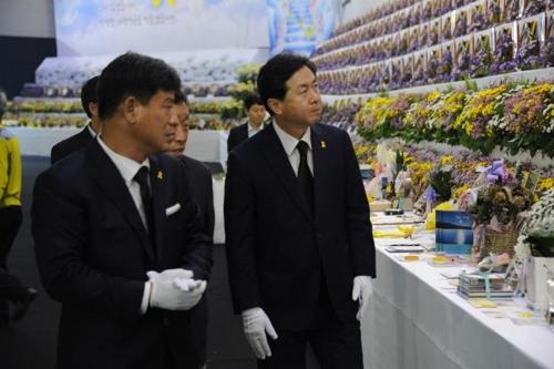 [동정] 김영춘 해수부 장관, 안산 정부합동분향소 방문