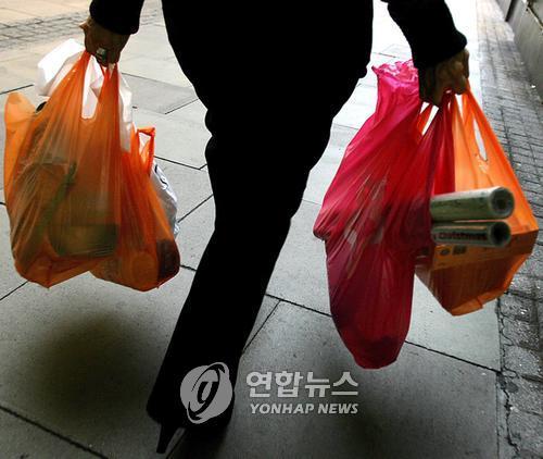 """""""연 32억장 비닐봉지 제공 중단"""" 호주 대형마트 고집 꺾어"""