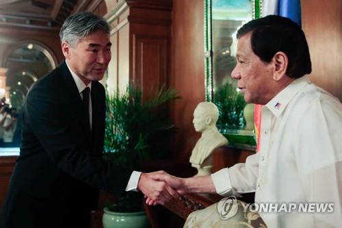 """필리핀에 공들이는 美, 이번엔 정찰기 제공…""""우린 오랜 동맹"""""""