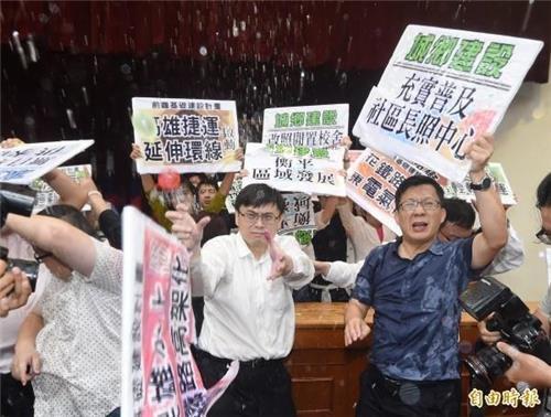 '난투극 오명' 대만 의회, 이번엔 물벼락 소동