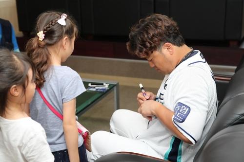 NC 박석민, 양산 '아파트 밧줄 추락사' 유가족에 1억원 기부