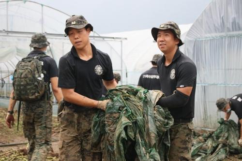 수해복구 현장서 외국인근로자 분실 200만원 찾아준 특전사