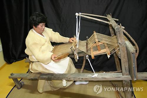 윤달 특수 톡톡…최고급 수의 재료 안동포 2배 넘게 팔렸다