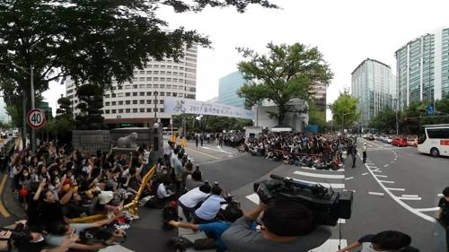 [VR현장] 최시원·최강창민 전역…수천 명의 팬 경찰청 에워싸