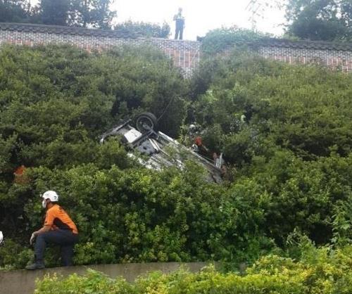 구리서 할머니들 태운 승용차 굴러떨어져…6명 부상