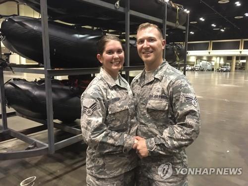 美주방위군 커플, 허리케인 어마 대기 현장서 결혼식