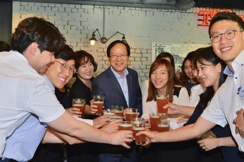 김용환 농협금융회장, 젊은 직원들과 '맥주소통'