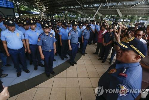 필리핀 수도권 도시 경찰관 1천200명 모두 정직당하는 이유는
