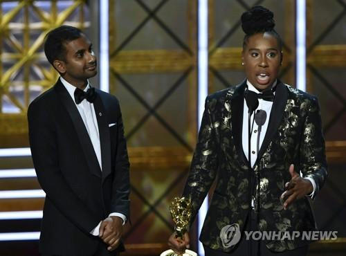 리나 웨이스, 흑인여성 최초 에미상 코미디 각본상 수상