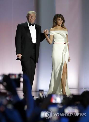 멜라니아가 입었던 트럼프 취임식 무도회 드레스 전시