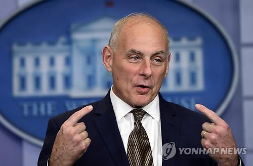 """美백악관 비서실장, 전사 아들 정쟁화에 """"역겹고 실망"""""""