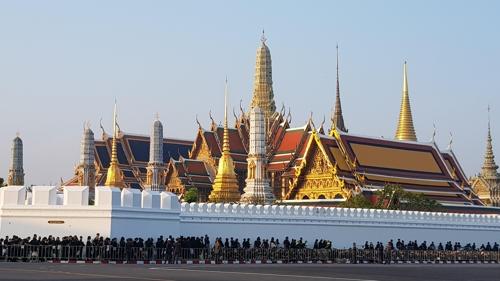 [르포] 푸미폰 국왕 떠나는 날 방콕 전역이 장례식장 …30만 운집