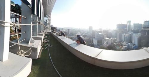 [VR현장] 외줄 타고 고층빌딩 유리창 청소…'얼마나 겁날까'