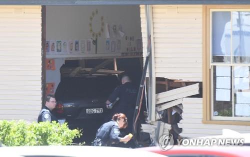 차 안에 떨어진 물병 집으려다…호주 교실 차량돌진 14명 사상