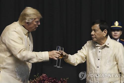"""두테르테의 '마약 유혈전쟁' 여론전…""""트럼프가 칭찬했다"""""""