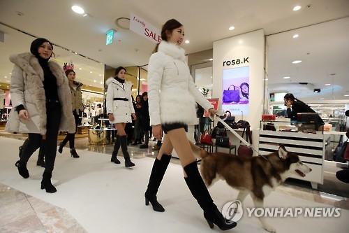 백화점 겨울 정기세일 시작…의류·김장용품 할인 판매