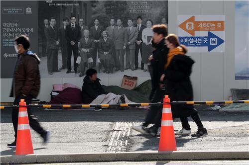 부산역 광장 개발에 노숙인 관련 민원 증가…대책 없나