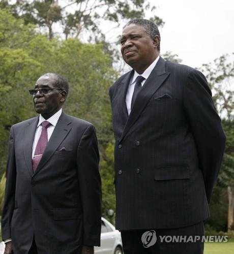 """짐바브웨 차기 유력 대권주자 음난가그와 """"무가베 물러나라"""""""