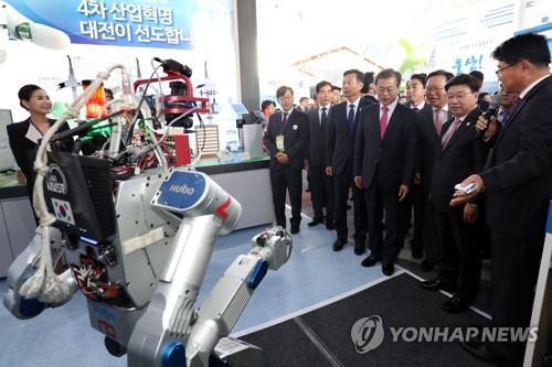 베일에 싸인 '탑승형 로봇-2' 평창 성화 들고 첫 공개