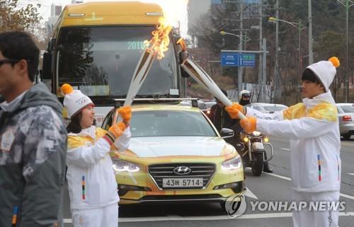 """평창 동계올림픽 성화 이틀째 한밭벌 밝혀…""""시민도 즐겨요"""""""