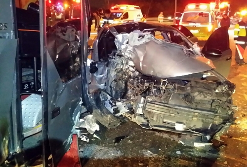 영동고속도로 서안산IC 부근 승용차-버스 충돌…2명 부상