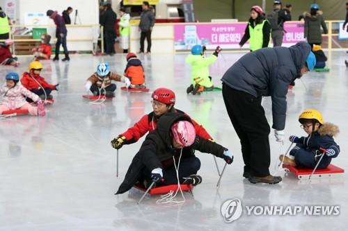 """""""겨울아 반갑다""""…제철 맞은 전국 스키장·스케이트장 북적"""