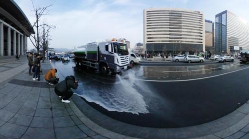[VR현장] 서울시, 세종대로 미세먼지 물로 씻어내