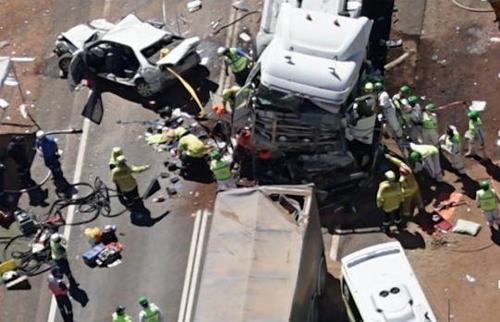 도로 나서기 무섭다…호주서 잇단 트럭 사고·배우 가족 참변