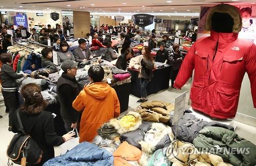 백화점 겨울 상품 최대 70% 할인판매…신학기 가방 특별전도