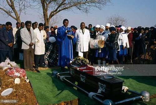 장례식 비용에 등골 휘는 민주콩고 서민