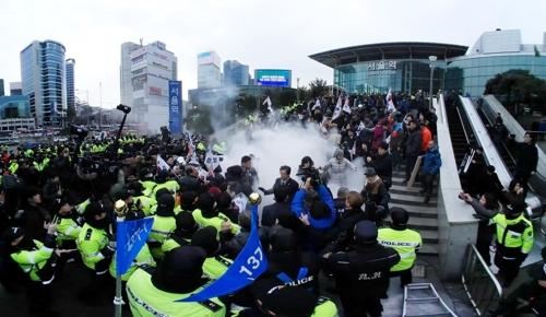 [VR현장] 북한 현송월 단장 서울역 도착…일부 보수단체 반대 시위