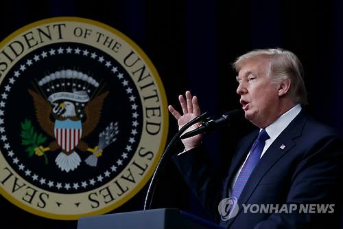 """백악관 """"트럼프, 다보스서 세일즈맨 변신…북 비핵화 논의도""""(종합)"""