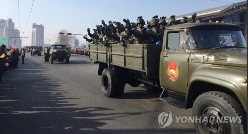 """중국 언론 """"김정은 강력 무기 과시한 열병식 지휘""""(종합)"""